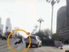 Видеорегистратор фиксирует момент телепортации человека в Китае.