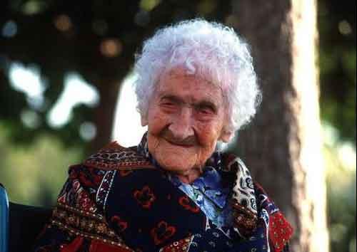 Жанна Луиза Кальман, прожившая более 120 лет. Женщина никогда не вела здоровый образ жизни и бросила курить в возрасте 117 лет.